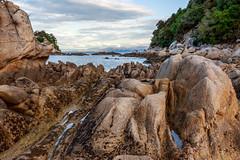 Rocas y agua en Kaiteriteri (Andrs Guerrero) Tags: abeltasman abeltasmannationalpark beach kaiteriteri mar newzealand nuevazelanda oceana playa rocas rocks sea costa airelibre