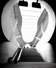 Rundhalsausschnitt (Mastahkid) Tags: mastahkid lemastah arnhem niederlande nederland thenetherlands licht light inside drinnen beton kurven curves minimal bahnhof railway metro design ontourwithmyego