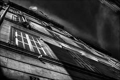 Menace au 24.../ Threat at 24... (vedebe) Tags: ville city rue street urbain architecture fentre noiretblanc netb nb bw monochrome