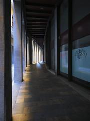 Carrer Auriga, Girona (queropere) Tags: carrer girona carrerauriga llums ombres fotografiar columnes queropere passadís