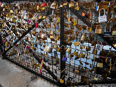 How many love can a bridge stand? (Karol P) Tags: voyage street travel bridge paris france love seine fence river photography cadenas amor riviere romance ponte amour pont romantic sweethearts fotografia padlocks sena cadeados lovelocks carolinapereira cadenasdamour karolp