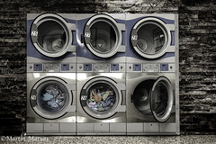Eines Abends im Waschsalon.... (Martin.Matyas) Tags: tod waschsalon wsche kleidung waschen waschmaschine gefangen reinigen schleudern