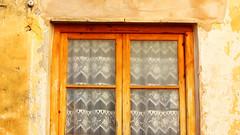 Finestra de tons clids (lluiscn) Tags: brown window ventana pared casa madera finestra pv paret fusta ocre taronja faana vall marrn ganchillo bocairent albaida marr valldalbaida