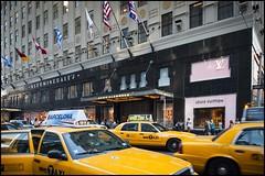 2010-09_DSC_1595_20160912 (Ral Filion) Tags: newyork usa ville cit urbain conomie magasin taxi rue drapeau flag store yellowcab street city urban skyscraper building economy bloomingdale