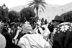Taghit. Dcembre 2015. (Imene.Driche) Tags: streetphoto streetphotography street photography photographie noiretblanc bn bw blackandwhite taghit algera algrie africa joie joy happy people sahara desert dsert world travel voyage vacance holidays 2016 2015 photoderue photosderue bestphotography reflex canon photo portraits traveler young emotion motion