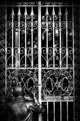 La_comune_inaccessibilita (Danilo Mazzanti) Tags: danilo danilomazzanti mazzanti wwwdanilomazzantiit fotografia foto fotografo photos photography biancoenero blackandwhite cancello statua apparizione madonnadellaguardia drammatico