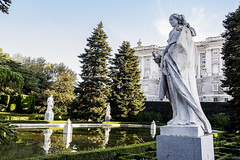 Jardines de Sabatini, Isabel I de Castilla (ipomar47) Tags: jardin garden madrid españa spain jardinesdesabatini jardines sabatini estatua statue escultura sculpture isabellacatolica isabeli isabelidecastilla
