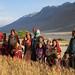 Michelle junto as mulheres de uma vila