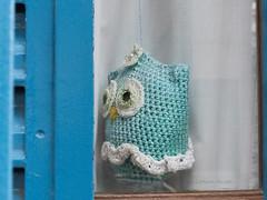 Bho que mira de reojo! (Letua) Tags: buho crochet ventana aguamarina celeste azul turquesa blanco owl animal ave bird