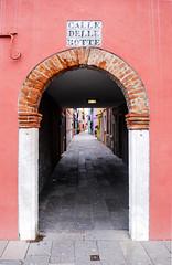 Calle Delle Botte (Leandro Fridman) Tags: calle street pasaje burano venecia venezia italia italy arco nikon d60