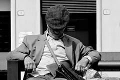 .. postura diversa ma sempre pausa .. (click__2101 a F p) (Ziozampi) Tags: persone bw bn bianco biancoenero monocromo nero black blackandwhite scattirubati street streetphotography explore fav