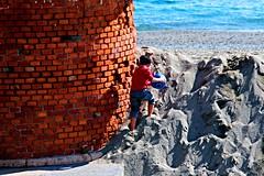 Ostacoli (meghimeg) Tags: 2016 savona muro wall mattoni brics mare sea bambino boy child rosso red royo palla ball gioco play sabbia sand spiaggia beach sole sun ombra shadow