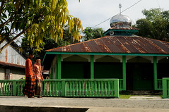 Men by the mosque (๑۩๑ V ๑۩๑) Tags: ocean sunset sea rural indonesia asia southeastasia village indianocean aceh islan pulau singkil banyak indonézia pulaubanyak