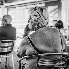 Wating the waiter (Sergio Béjar) Tags: summer woman beach bar mujer thinking verano vacaciones lescala pensativa