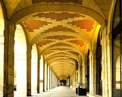 Sous les arches/Under the Arches (floressas.desesseintes) Tags: paris columns archway impressionen marais placedesvosges arche sulen colonnes bogengang