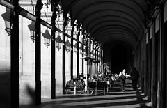 Elogio de la sombra (Herminio.) Tags: barcelona plaza shadow luz architecture real arquitectura farola sombra farol farolas arco porche plazareal terraza elogio arcos columna prtico camarero arcada soportal sobra