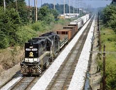 Southern 2838 (GP38AC), N&W 217 (GP35) in Ft. Wayne, IN (1989) (hardhatMAK) Tags: scannedslide kodachrome64 southernrr emdgp38ac fortwaynein trainf14 westbound sou2838 nw217 emdgp35