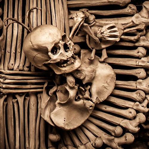Feliz #Halloween ! Desde siempre me ha fascinado el #terror,  los lugares abandonados,  los sitios misteriosos. Para celebrar este día comparto con ustedes esta imagen tomada en el macabro Osario de #Sedlec en #KutnaHora  Es un sótano lleno de construccio