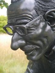 Robert Crumb by Robin Bell (2003), bronze (jacquemart) Tags: statue bronze robertcrumb anthonystones grigorypotemkin thegardenofheroesvillainswarwickshire robinbell2003