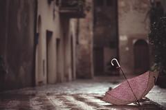 November Days II (Gure Elia) Tags: umbrella paraguas urban village pueblo villagio italia toscana italy samyang135f2 canoneos5dmarkii