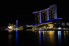 Alfonso Sobrino Paredes (fns-k) Tags: anochecer asia bahía construcción edificio edificiocomercial horariodetrabajo lago largaexposición mar nocturno paisajeurbano rascacielos reflejo singapur trabajo