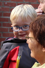 Candid (just.Luc) Tags: portrait portret ritratto retrato face gezicht kind kid child enfant blond blonde lunettes bril glasses grandmother oma grandmère boy jongen garçon porträt