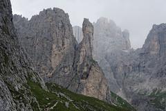 Charakterystyczna maczuga u wylotu doliny Val Strut (szlak 703)