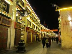 """Barkhor Street de nuit <a style=""""margin-left:10px; font-size:0.8em;"""" href=""""http://www.flickr.com/photos/127723101@N04/22278557092/"""" target=""""_blank"""">@flickr</a>"""