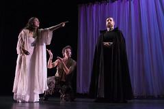 En la imagen se puede ver a tres componentes del grupo de teatro sobre el escenario.  Fotografía cedida por Óscar Blanco Gutiérrez.
