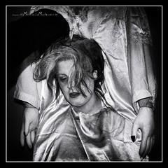 Sustos y leyendas (Unos y Ceros) Tags: blancoynegro nochedebrujas miedo canguelo pasajedelterror espanto susto acojone pnico horror tembleque pavor sobresalto angustias sorpresa tormento congoja zozobra intranquilidad ansiedad apuro pesadilla penalidad reconcomio desazn resquemor angustia alucinaciones nochedenimas trucotrato disfraces aviaparklamuela fiestadelanoche zaragoza aragn textura pinturaluz unosyceros 2016 lightroom nikond700 zaragons zaragoneses europa unineuropea ue invarietateconcordia