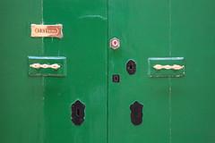 Porte au vert ferme (Pi-F) Tags: porte poigne battant boite lettre vert cuivre peinture noir brillant malte letters
