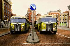 1948 Den Haag, Kalvermarkt (Vriendelijkheid kost geen geld) Tags: bussen denhaag