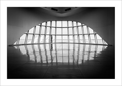 Atrapat / Caught (ximo rosell) Tags: ximorosell bn blackandwhite blancoynegro bw arquitectura architecture abstract llum light luz eeuu edificio buildings nikon d750 detall milwaukee minimal museu people