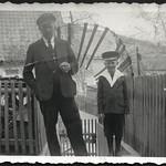 Archiv B593 Vater und Sohn, 1930er thumbnail