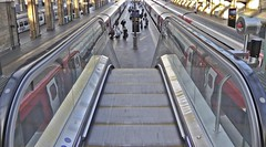Escalator down (WLE_2017) Tags: escalator movingstaircase platform trains kingscrosstrainstation travel