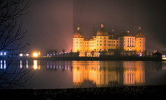 Moritzburg in fine rain (mad_airbrush) Tags: 5d 5dmarkiii 85mm ef85mmf18usm moritzburg schlossmoritzburg night nightshot exposure longexposure lake water reflection castle fog light rain rainy foggy nebelig