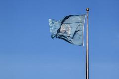 Una buena idea.... - A good idea.... (Tate Kieto) Tags: flag sky blue city urban