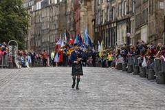 Bag-piper in parade, Edinburgh (vichofr) Tags: edinburgh scotland edimburgo escocia uk parade desfile marcha gaita gaitero boy nio bagpipe bagpiper alone eng street streetphotography streetphoto streetart