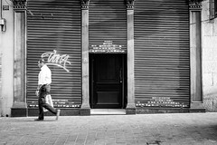 Closed (fernando_gm) Tags: blackandwhite bw blancoynegro madrid monochrome monocromo monocromatico man hombre human humano fujifilm fuji 35mm espaa street spain callejera calle city closed cerrado tienda shop xt1