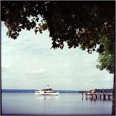 ein Schiff wird kommen (Ulla M.) Tags: ammersee bayern expiredfilm greatwall canoscan8800f tetenalcolortec selfdeveloped selbstentwickelt see 6x6 mittelformat schiff vignette umphotoart