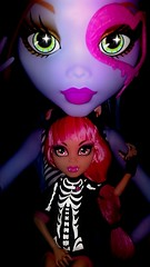 Size Doesn't Matter (Icky'sMarvel) Tags: friends hat rock werewolf big punk doll pretty dolls purple cam small goth freaky walmart glowinthedark beast tall 28 freckles exclusive inches littlesister ghoul 28inches skelton sizedifference createamonster monsterhigh howleenwolf voltageous 13wishes differentoutfit skeltongirl monsterhigh28inches goregeousghoulfriend