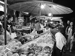 Fruits stall (kawabek) Tags: thailand stall chiangmai 傘 タイ パラソル เชียงใหม่ ประเทศไทย チェンマイ 露店 ร่ม parsol แผง