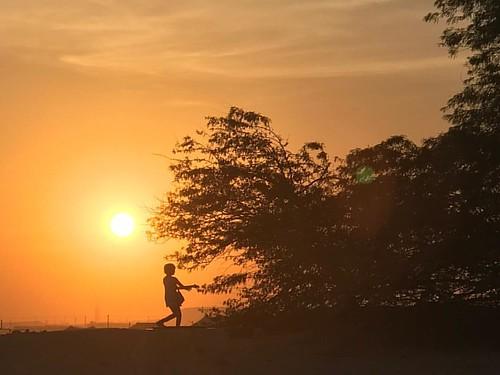 Child of innocence #desertlove #lifeinthegulf #love #ig_bahrain_ #ig_bahrain #bahrain #silhouette #silhouette_creative #insta_silhouette #treeoflife #bahrain#wishyouwerehere #bbctravel#travel#touristinmycity #lifeinthegulf#sunset#innocense #child#sunset#s