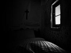 Oma ist jetzt mde. - Granny is tired. (Bernd Kretzer) Tags: bett bed fenster window schlaf sleep schwarzweiss blackwhite freilandmuseum bad windsheim nikon afs dx zoomnikkor 1855mm 13556g