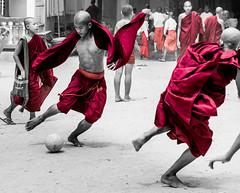 Budista Ronaldo (Andrs Guerrero) Tags: school red people playing sports abbey sport kids football rojo asia play gente soccer monk buddhism nios monastery colegio monks desaturation deporte jugar match escuela myanmar futbol aire monasterio libre mandalay partido ftbol deportes jugando monje buddhistmonks budismo selectivedesaturation buddhistmonk monjes airelibre sagaing desaturado birmania theravada sudesteasitico desaturadoselectivo theravadabuddhism monjesbudistas monjebudista sfutbol budismotheravada escuelabudista
