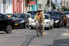 solitario (Ricardo Obando) Tags: sanfernando colchagua ciclista bicicleta autos calle airelibre canon 70200mm t5i