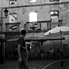 Compatibilidades (Joaqun M Crespo) Tags: byn blackwhite bw blancoynegro monocromo oldtown marbella contraluz callejeo calle ciudad cascohistorico streetphoto street leica m262 summilux50mm padre beb baby