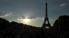 2014-07-14 19:38:58 Picnic en Masse, Paris (MedEighty) Tags: 2014 july îledefrance paris champdemars bastilleday fêtenationale french celeberation eiffel eiffeltower toureiffel outdoor picnic people crowd busy sun sunshine sunlight glare cloud sky architecture blue white dark silhouette juiellet medeighty