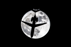 super-moon-flyby (pbuschmann) Tags: mond luna moon b717 plane flyby supermoon supermoon2016 bullseye travel moonshot perigeesyzygy vollmond fullmoon aviation airlines snapshot