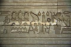 Ägypten 1999 (517) Tempel von Dendera (Rüdiger Stehn) Tags: tempel afrika ägypten egypt nordafrika 1999 winter urlaub dia analogfilm scan slide 1990er oberägypten 1990s südägypten aṣṣaʿīd diapositivfilm analog kbfilm kleinbild canoscan8800f canoneos500n 35mm misr مصر altägypten altertum archäologie antike sakralbau bauwerk historischesbauwerk archäologischefundstätte ägyptologie ruine dendera tempelvondendera tempelanlage hathortempelvondendera relief dandarah دندرة hieroglyphen unescoworldheritagenomination welterbe unescowelterbenominierung reise reisefoto ptolemäerzeit rüdigerstehn
